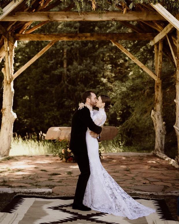 Bạch Tuyết Lily Collins chính thức kết hôn với đạo diễn hơn 6 tuổi, ảnh cưới gây bão vì đẹp như thước phim Twilight - Ảnh 3.