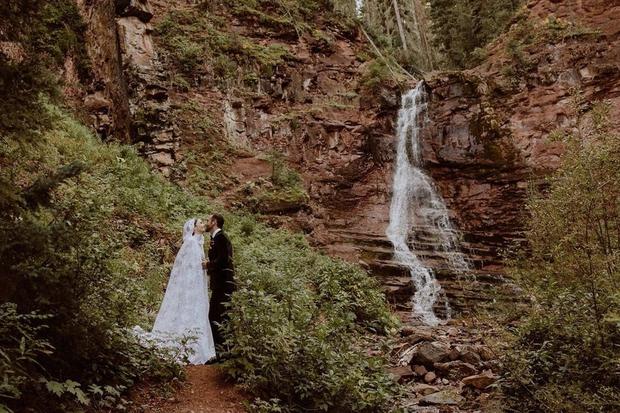 Bạch Tuyết Lily Collins chính thức kết hôn với đạo diễn hơn 6 tuổi, ảnh cưới gây bão vì đẹp như thước phim Twilight - Ảnh 4.