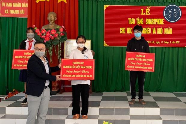 Tổ chức phi lợi nhuận của TS. Châu Thanh Vũ trao 60 gói hỗ trợ học online cho học sinh mùa dịch - Ảnh 2.