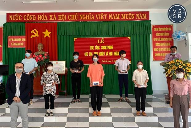 Tổ chức phi lợi nhuận của TS. Châu Thanh Vũ trao 60 gói hỗ trợ học online cho học sinh mùa dịch - Ảnh 3.