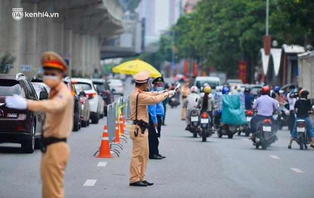 Thủ tướng yêu cầu Hà Nội điều chỉnh bất cập trong việc cấp Giấy đi đường - Ảnh 1.