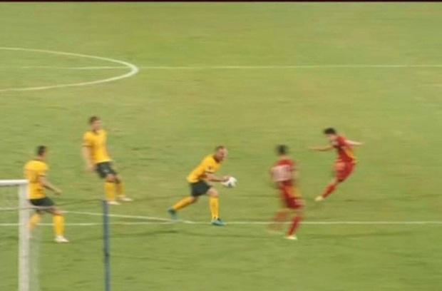 Tuyển Nga được hưởng penalty trong tình huống giống hệt tuyển Việt Nam - Ảnh 2.
