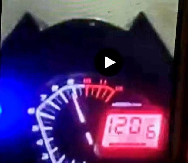 Thanh niên xăm trổ livestream chạy xe với tốc độ 120km/h, thông chốt kiểm dịch để về dự sinh nhật vợ bạn - Ảnh 2.
