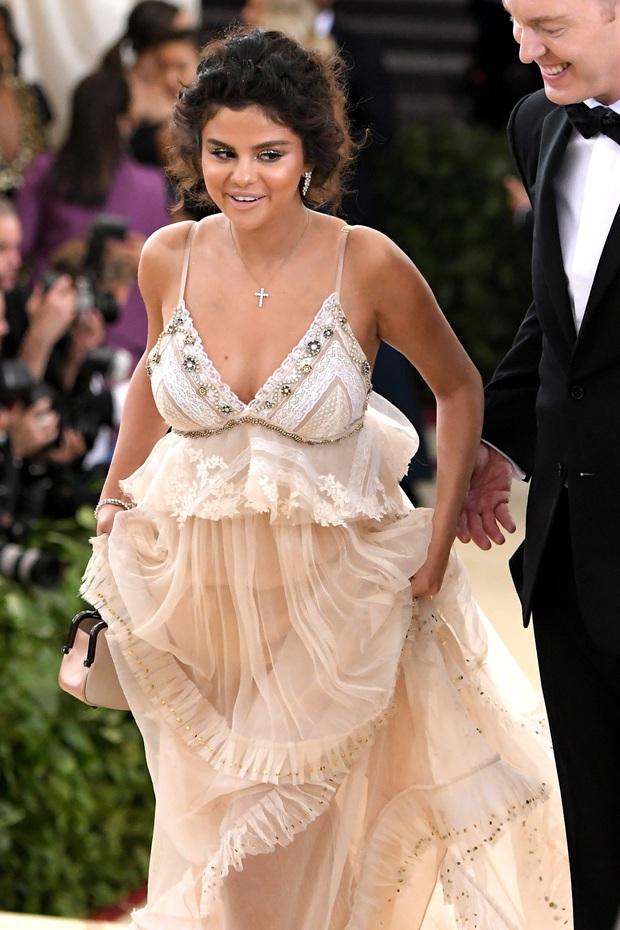 Bí mật đằng sau làn da nâu của Selena Gomez tại Met Gala 2018 đã được chính chủ tiết lộ, nghe mà cưng xỉu - Ảnh 2.