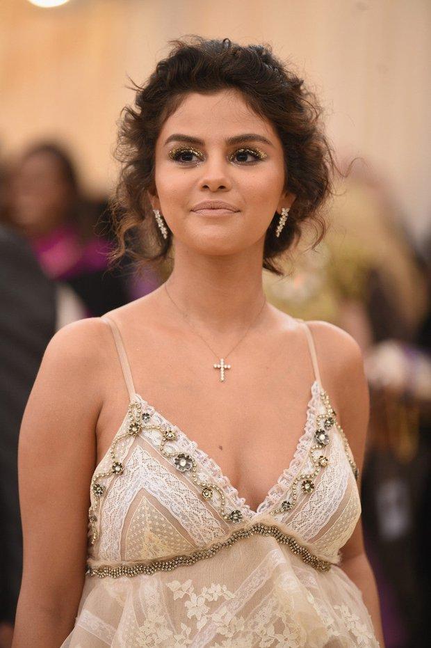 Bí mật đằng sau làn da nâu của Selena Gomez tại Met Gala 2018 đã được chính chủ tiết lộ, nghe mà cưng xỉu - Ảnh 3.