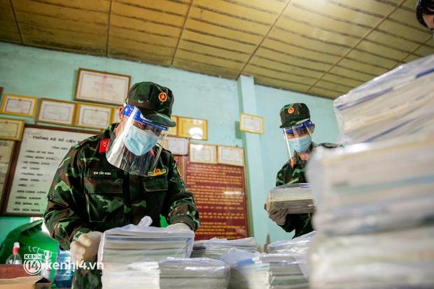Ảnh: Bộ đội lặn lội xuống các xóm nhỏ, đến từng nhà trao sách cho các học sinh ở TP.HCM - Ảnh 1.