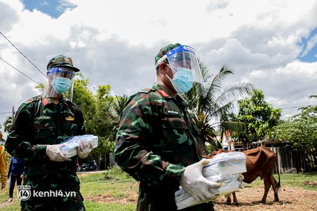 Ảnh: Bộ đội lặn lội xuống các xóm nhỏ, đến từng nhà trao sách cho các học sinh ở TP.HCM - Ảnh 4.