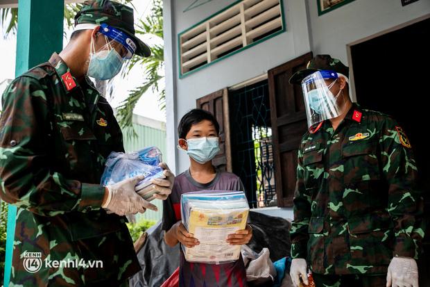 Ảnh: Bộ đội lặn lội xuống các xóm nhỏ, đến từng nhà trao sách cho các học sinh ở TP.HCM - Ảnh 7.