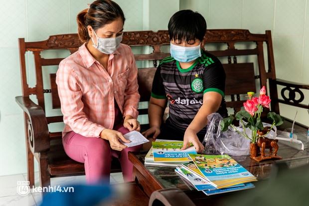 Ảnh: Bộ đội lặn lội xuống các xóm nhỏ, đến từng nhà trao sách cho các học sinh ở TP.HCM - Ảnh 6.