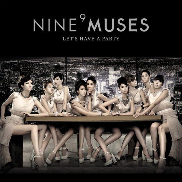 Những pha photoshop đi vào lòng đất: Ở đâu chui ra 1 bàn tay lạ khoác vai Taeyeon, chị đại CL có hẳn 3 bàn chân - Ảnh 1.