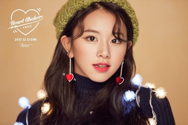 Những pha photoshop đi vào lòng đất: Ở đâu chui ra 1 bàn tay lạ khoác vai Taeyeon, chị đại CL có hẳn 3 bàn chân - Ảnh 2.