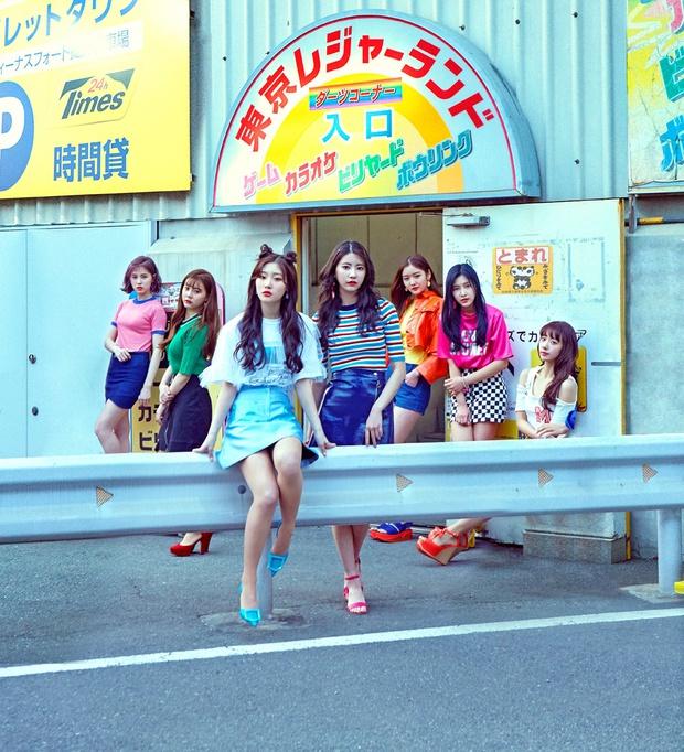 Những pha photoshop đi vào lòng đất: Ở đâu chui ra 1 bàn tay lạ khoác vai Taeyeon, chị đại CL có hẳn 3 bàn chân - Ảnh 5.