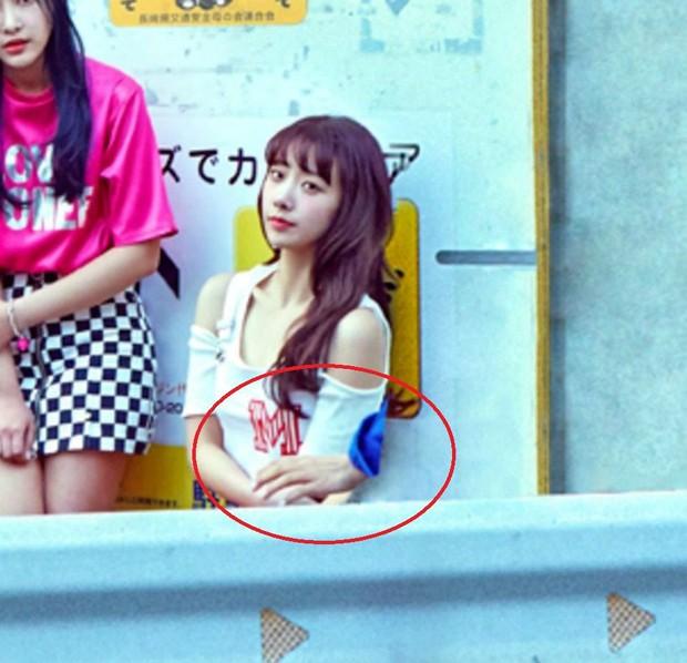 Những pha photoshop đi vào lòng đất: Ở đâu chui ra 1 bàn tay lạ khoác vai Taeyeon, chị đại CL có hẳn 3 bàn chân - Ảnh 6.
