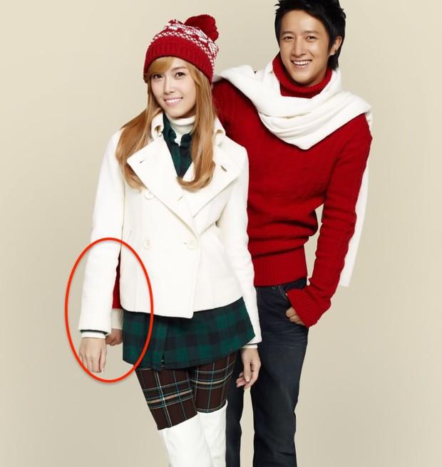 Những pha photoshop đi vào lòng đất: Ở đâu chui ra 1 bàn tay lạ khoác vai Taeyeon, chị đại CL có hẳn 3 bàn chân - Ảnh 11.