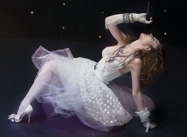 9 khoảnh khắc sốc nhất VMAs: Kanye West giật mic Taylor Swift, Lady Gaga thịt sống không bằng hành động của 2 chị số 4 - Ảnh 4.
