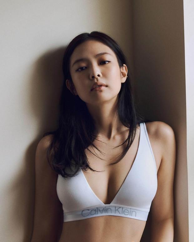 HOT: Jennie mặc nội y trong chiến dịch mới của Calvin Klein, thân hình sexy và vòng một căng đầy khiến fan phải khóc thét - Ảnh 2.