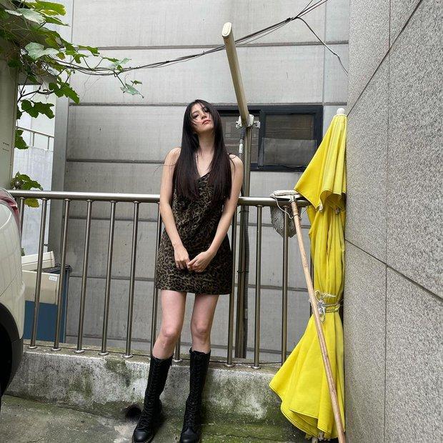 Nữ thần Nevertheless Han So Hee lột xác: Chất lừ khác hẳn vẻ bánh bèo mọi khi, tỷ lệ body hoàn hảo nhưng nhìn chân mà hết hồn - Ảnh 3.