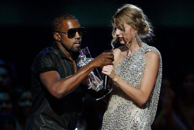 9 khoảnh khắc sốc nhất VMAs: Kanye West giật mic Taylor Swift, Lady Gaga thịt sống không bằng hành động của 2 chị số 4 - Ảnh 17.