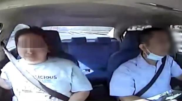 Video sốc: Xe đang chạy trên đường cao tốc, nữ hành khách đột nhiên rút dao đâm điên cuồng vào cổ tài xế hàng chục nhát - Ảnh 2.