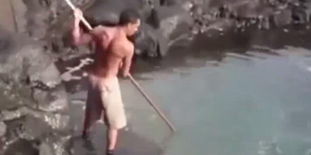 Người đàn ông bất thình lình cầm gậy chọc liên tục xuống biển, khi kéo lên tất cả đều trố mắt với thứ mắc vào - Ảnh 1.