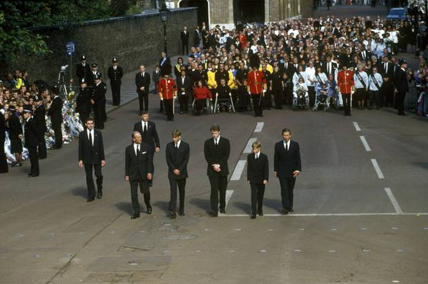 Anh em Hoàng tử William không được phép khóc và những chi tiết đau lòng ít ai biết tại tang lễ Công nương Diana 24 năm về trước - Ảnh 1.