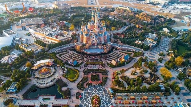 Nở rộ dịch vụ thuê xe lăn, đẩy xe lăn cho du khách lười cuốc bộ mà vẫn thích thăm quan tại Disneyland Trung Quốc - Ảnh 4.
