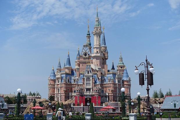 Nở rộ dịch vụ thuê xe lăn, đẩy xe lăn cho du khách lười cuốc bộ mà vẫn thích thăm quan tại Disneyland Trung Quốc - Ảnh 5.