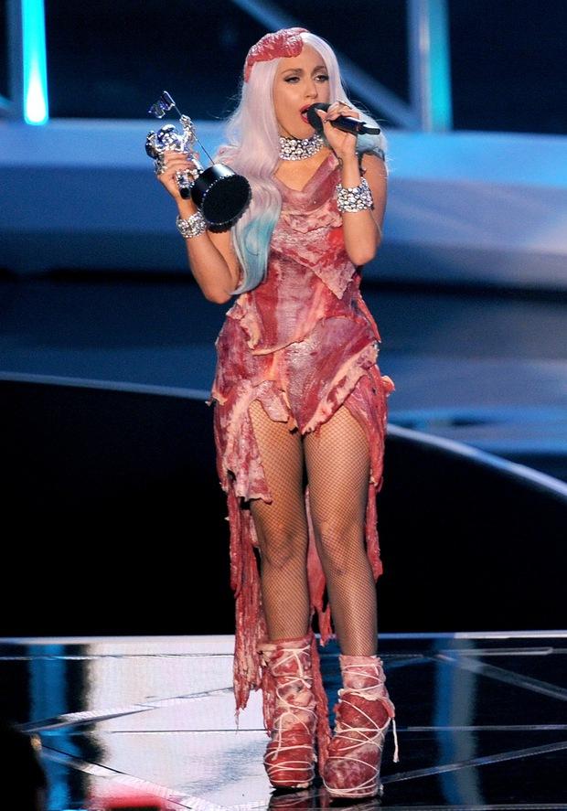 9 khoảnh khắc sốc nhất VMAs: Kanye West giật mic Taylor Swift, Lady Gaga thịt sống không bằng hành động của 2 chị số 4 - Ảnh 19.