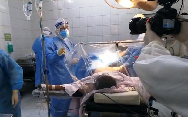 Ê-kíp VTV làm nên phóng sự đầy ám ảnh Ranh giới: 21 ngày bám trụ tại bệnh viện, chứng kiến khoảnh khắc sinh ly tử biệt đau xé lòng - Ảnh 5.