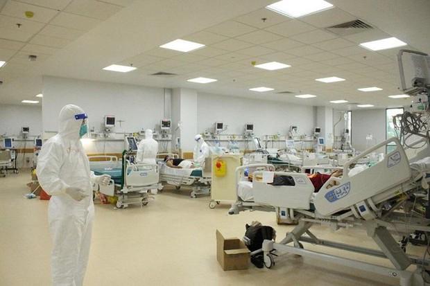 Mỗi tua làm việc của bác sĩ, điều dưỡng tuyến đầu từ 8 đến 10 giờ - Ảnh 1.