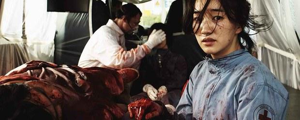 Mầm bệnh sinh sôi trong xe buôn người và hành trình giành giật sự sống của 2 mẹ con: Bom tấn đại dịch ám ảnh này đang leo top Netflix Việt! - Ảnh 8.