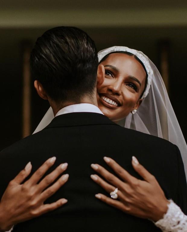 Cựu thiên thần Victoria's Secret đẹp nao lòng trong chiếc váy cưới dài 4 mét bên con trai Phó tổng thống Ecuador - Ảnh 4.