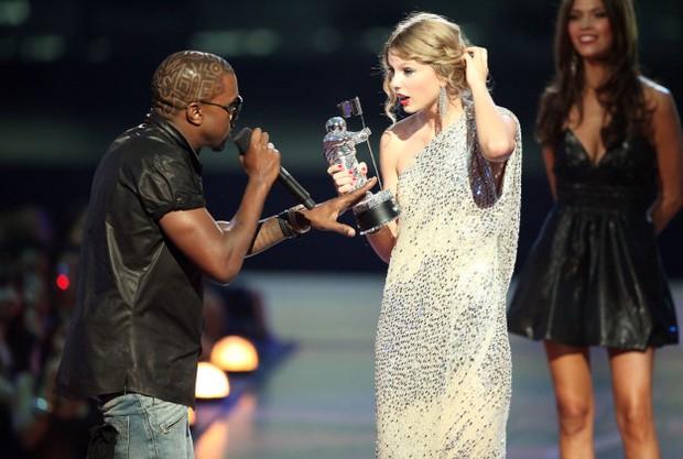 9 khoảnh khắc sốc nhất VMAs: Kanye West giật mic Taylor Swift, Lady Gaga thịt sống không bằng hành động của 2 chị số 4 - Ảnh 18.