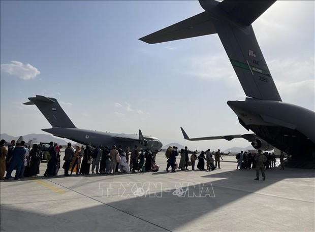 Taliban cho phép 200 công dân Mỹ và công dân nước thứ 3 rời khỏi Afghanistan - Ảnh 1.