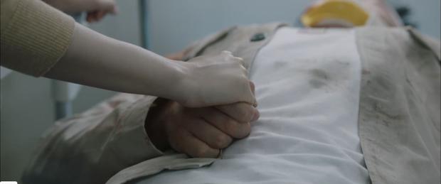 Quá hot: Ik Jun - Song Hwa hôn cháy màn hình, đôi nhà Gấu cũng chính thức yêu nhau luôn trong Hospital Playlist 2 tập 11! - Ảnh 3.