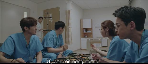 Quá hot: Ik Jun - Song Hwa hôn cháy màn hình, đôi nhà Gấu cũng chính thức yêu nhau luôn trong Hospital Playlist 2 tập 11! - Ảnh 10.