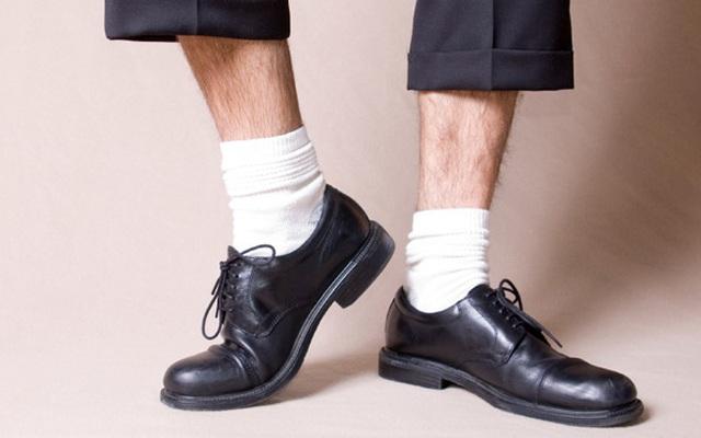 Người sành điệu sẽ không bao giờ đi giày đen với tất trắng!