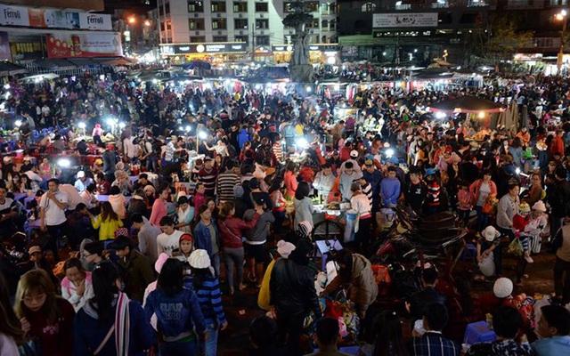 Chùm ảnh: Đông đúc nghẹt thở ở Đà Lạt, hàng nghìn phương tiện nối ...
