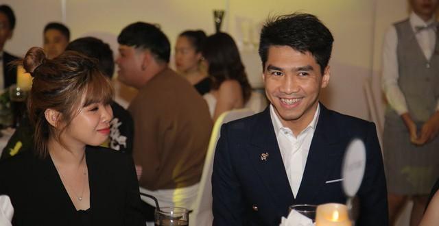 Tia nhanh khoảnh khắc PewPew cười nói vui vẻ với bạn gái trong đám cưới  Cris Phan: Yêu rồi có khác!