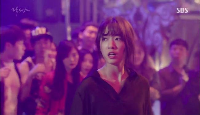 """""""Doctors"""": Kim Rae Won có thật sự cho Park Shin Hye ăn roi mây? - Ảnh 11."""