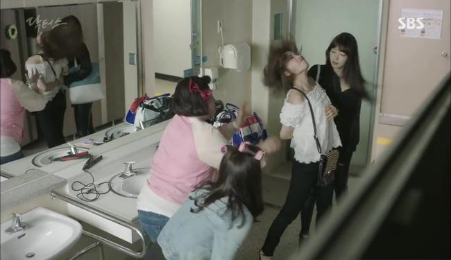 """""""Doctors"""": Kim Rae Won có thật sự cho Park Shin Hye ăn roi mây? - Ảnh 15."""