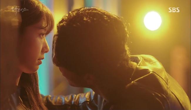 """""""Doctors"""": Kim Rae Won có thật sự cho Park Shin Hye ăn roi mây? - Ảnh 19."""