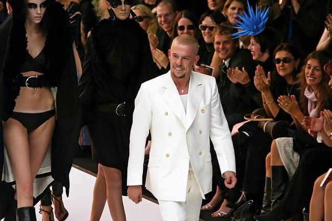 Ý tưởng độc-dị: Sản xuất áo khoác và túi từ... tế bào da của NTK quá cố Alexander McQueen - Ảnh 1.