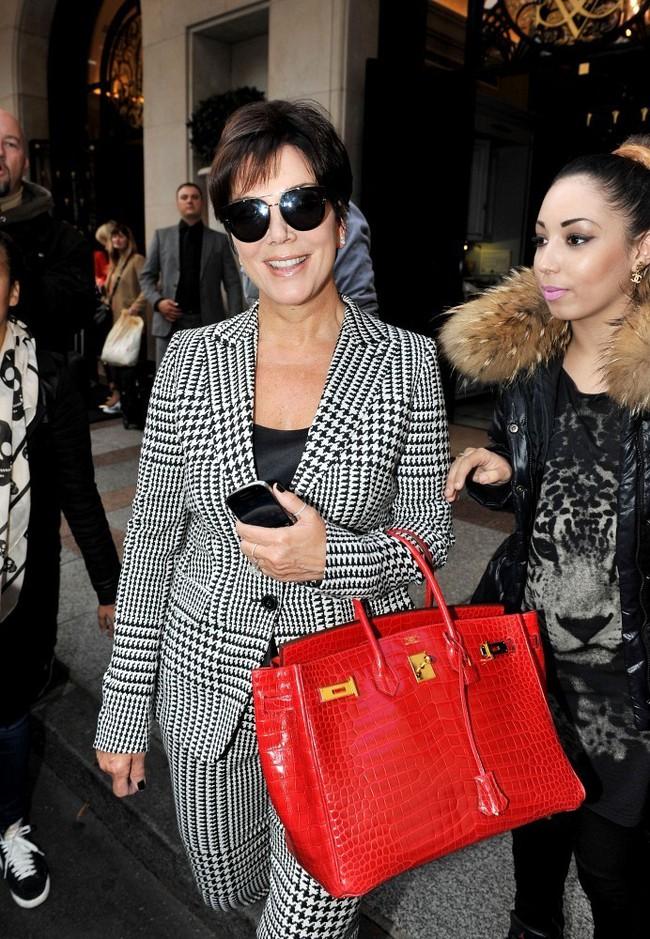 Nếu Kylie Jenner có tủ giày như đại lý thì mẹ cô nàng cũng có cả kệ đầy túi Hermes như cửa hàng - Ảnh 1.