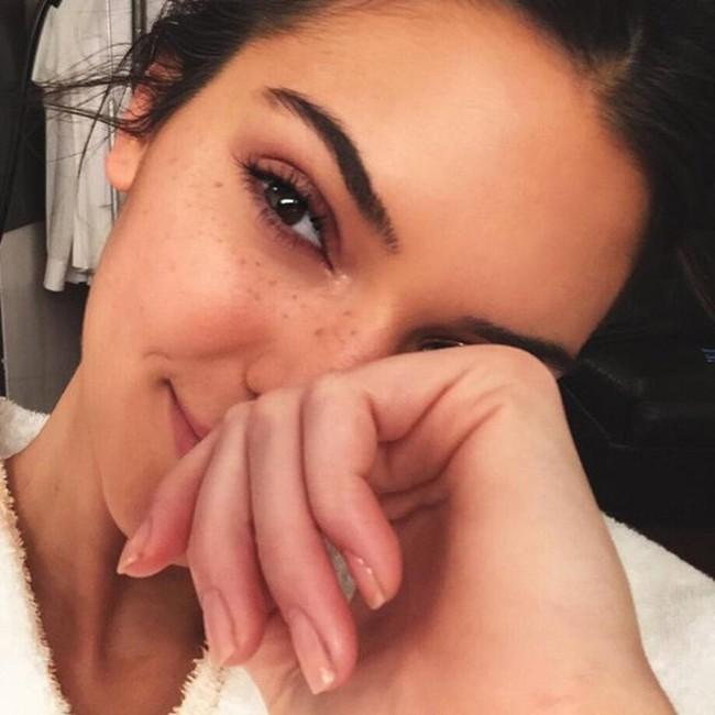 Sai lầm làm đẹp lớn nhất của Kendall Jenner là... nhổ sạch lông mày - Ảnh 1.