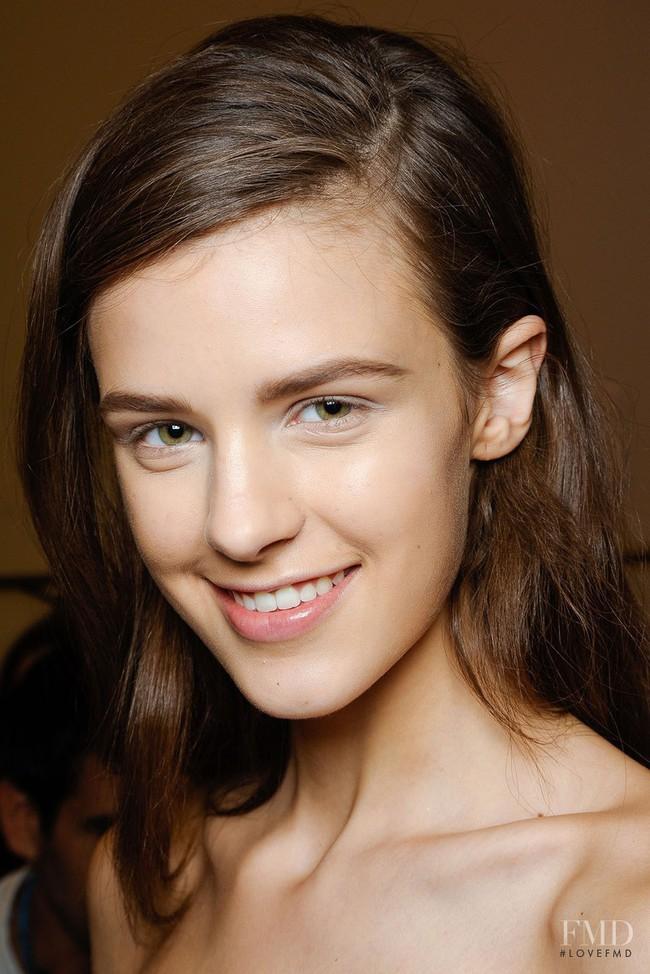 Cựu người mẫu 19 tuổi từng suýt chết vì ép cân tiết lộ mặt trái cay đắng của ngành công nghiệp thời trang - Ảnh 1.