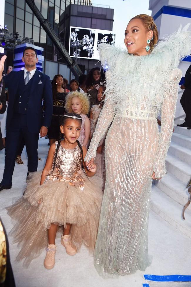Không phải ngôi sao nào mà cô con gái 4 tuổi của Beyoncé mới là người diện bộ đồ đắt nhất đến VMAs - Ảnh 1.