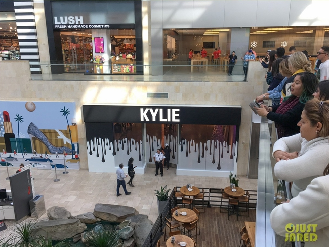 Kylie Jenner khai trương pop-up store, fan xếp hàng chật kín trung tâm thương mại - Ảnh 3.