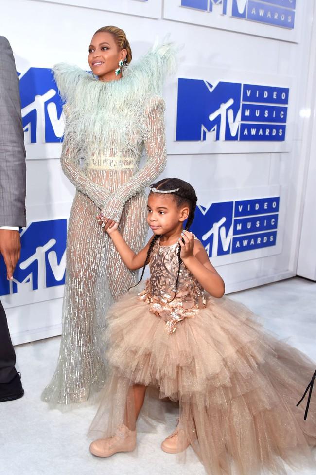 Không phải ngôi sao nào mà cô con gái 4 tuổi của Beyoncé mới là người diện bộ đồ đắt nhất đến VMAs - Ảnh 2.