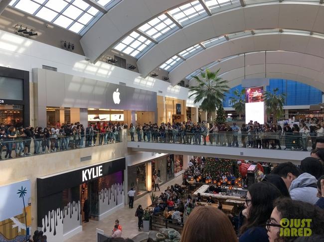 Kylie Jenner khai trương pop-up store, fan xếp hàng chật kín trung tâm thương mại - Ảnh 4.